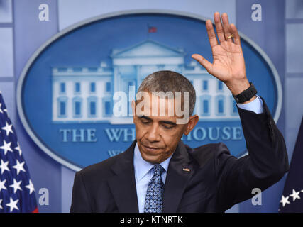 (171227) -- NEW YORK, Dec. 27, 2017 (Xinhua) -- Barack Obama gestures during his final press conference as U.S. - Stock Photo