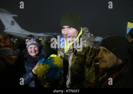Kiev. 28th Dec, 2017. Relatives welcome Ukrainian soldiers and pro-government civilians as they arrive in Kiev, - Stock Photo