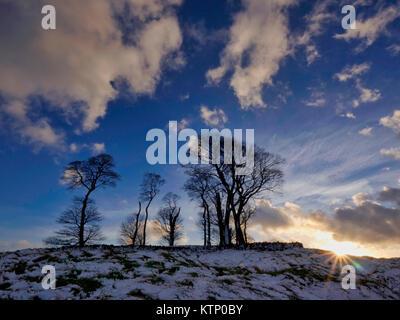 Moat Low, Derbyshire. 28th Dec, 2017. UK Weather: Moat Low Derbyshire spectacular sunset over the snow capped Bronze - Stock Photo