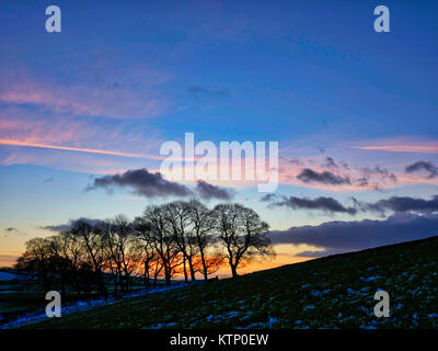 Moat Low, Derbyshire. 28th Dec, 2017. UK Weather: Near Moat Low Derbyshire spectacular sunset over the snow capped - Stock Photo