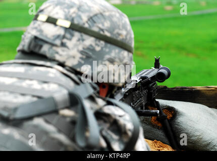 Soldiers from Alpha Company, 27th Brigade Special Troops Battalion, conduct marksmanship training with the M240B - Stock Photo
