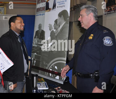 Brandon Wynn, a former Army Private 1st Class from Albany, N.Y. talks to James McDonald, a U.S. Customs and Border - Stock Photo