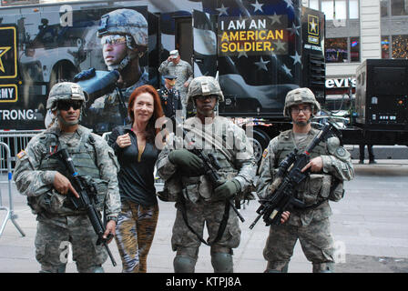 Soldiers of the New York Army National Guard's 1st Battalion 69th Infantry spoke with members of the public during - Stock Photo