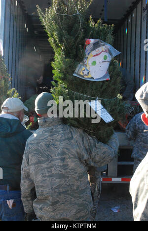 Twenty members of the New York Army and Air National Guard volunteered their time to help load about 125 donated - Stock Photo