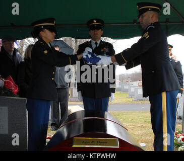 New York Army National Guard Honor Guard Soldiers fold the flag that draped the casket of WWII veteran Leo P. Dean - Stock Photo