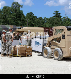 New York Army National Guard Soldiers assigned to Co. E, 427th Brigade Support Battalion move their equipment from - Stock Photo