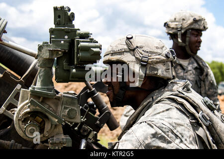New York Army National Guard Sgt. Lawrence Gillar, a gunner assigned to Bravo Battery, 1st Battalion, 258th Field - Stock Photo