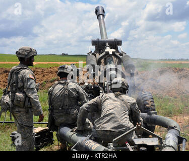 New York Army National Guard Soldiers assigned to Gun 8, Bravo Battery, 1st Battalion, 258th Field Artillery, based - Stock Photo