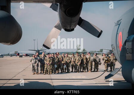 The 105th Military Police Company, Buffalo, New York Army National Guard, prepares to fly from the Niagara Falls - Stock Photo