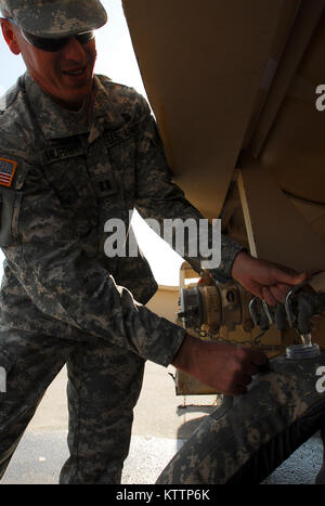 FORT IRWIN, Calif. – A Soldier from the New York Army National Guard's 27th Infantry Brigade Combat Team refills - Stock Photo