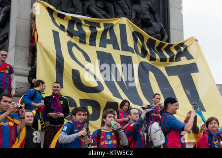 Barca fans in Trafalgar Square before the kick-off of the Champions League Final between FC Barcelona and Manchester - Stock Photo