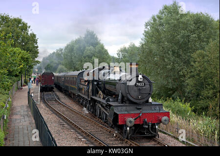 7822 'Foxcote Manor, heads a train from Tenterden passing an up train in the loop at Wittersham Road on the Kent - Stock Photo
