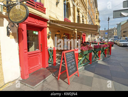 09.09.2017.Russia.Saint-Petersburg.On the streets in summer, there are cafes and restaurants .Passers-by and tourists - Stock Photo