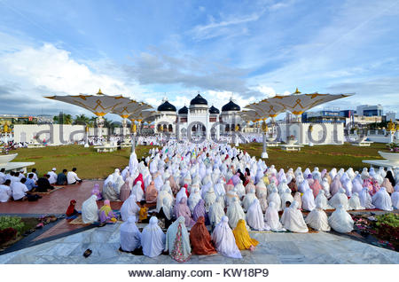 Aceh, Indonesia. 25th June, 2017. This picture taken on June 25, 2017 Indonesian Muslims gather at Baiturrahman - Stock Photo