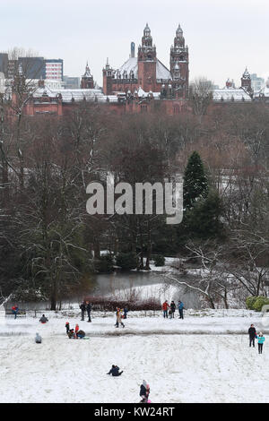 Glasgow, Scotland 29th December 2017. Glaswegians woke up to a Winter Wonderland and headed out for some fun in - Stock Photo