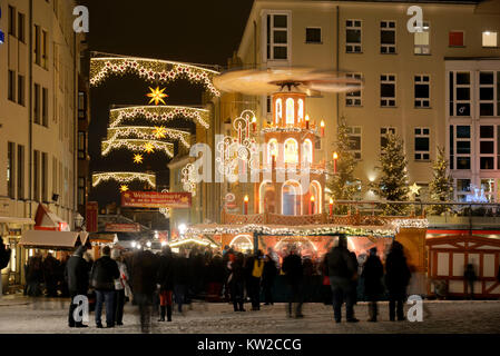 Dresden, Christmas fair coin lane in the Church of Our Lady, Weihnachtsmarkt Münzgasse an der Frauenkirche - Stock Photo