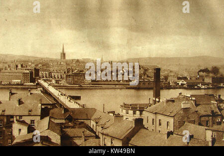 OLD LONDONDERRY (DERRY)  NORTHERN IRELAND, a view of the city taken in 1933 showing a bridge over the river Foyle - Stock Photo