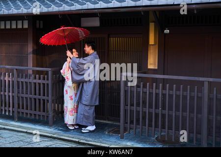 Japan, Honshu island, Kansai region, Kyoto, Gion, Geisha former area, young couple in kimono - Stock Photo