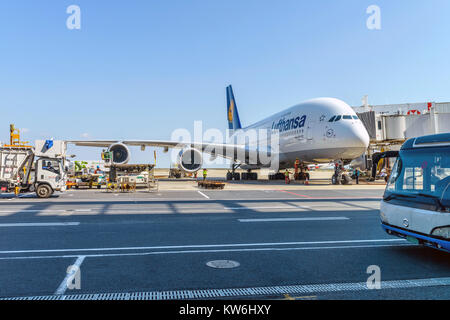 Get Ready to Fly - At Shanghai Pudong International Airport, the technicians are busy preparing a Lufthansa Airline's - Stock Photo