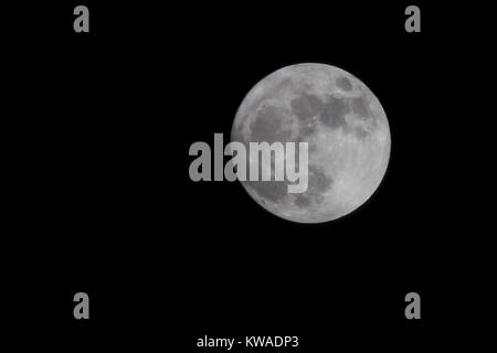 Northampton, UK. 1st Jan, 2018. The first evening of 2018 features the biggest full moon of the coming year, known - Stock Photo