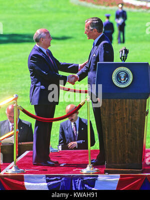 Washington, District of Columbia, USA. 31st May, 1990. United States President George H.W. Bush, right, shakes hands - Stock Photo