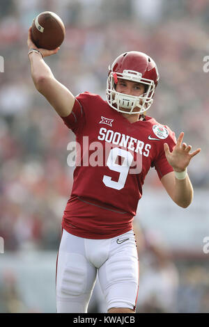 Pasadena, California, USA. 01st Jan, 2018. January 1, 2018: Oklahoma Sooners quarterback Tanner Schafer (9) warms - Stock Photo