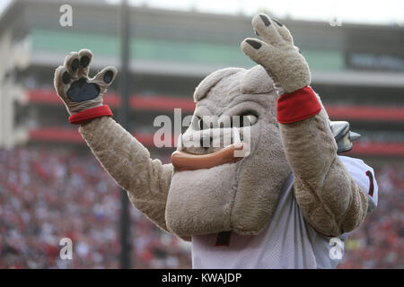 Pasadena, California, USA. 01st Jan, 2018. January 1, 2018: The Georgia Bulldogs mascots tries to get the crowd - Stock Photo
