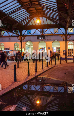 Brighton, UK. 2nd Jan, 2018. Rail passengers arrive at Brighton Railway Station this morning on the day the rail - Stock Photo