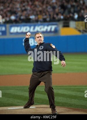 President George W. Bush throws the ceremonial first pitch at Yankee Stadium. Oct. 30, 2001. Game three between - Stock Photo