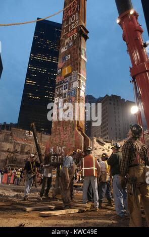 Construction workers maneuver the last piece of debris removed from Ground Zero. May 28, 2002. It was the 30-foot - Stock Photo