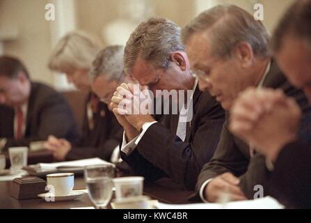 President George W. Bush opens a cabinet meeting with a prayer on Sept. 14, 2001. 3 days after the 9-11 Terrorist - Stock Photo
