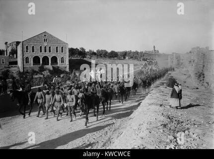 World War 1 in the Middle East. Australian cavalry guard German officers heading a line of 600 prisoners captured - Stock Photo