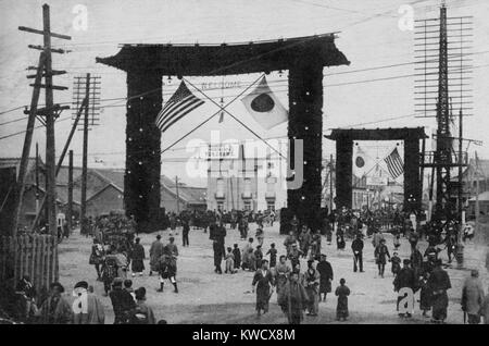 Decorated gates in Yokohama, with flags of the US and Japan, Oct. 1908. Japanese postcard commemorates the Great - Stock Photo