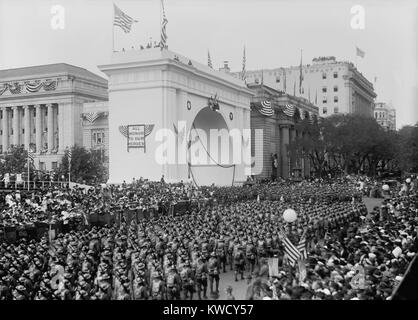 World War 1 victory parade passing a Triumphal Arch, in New York City, Sept. 10, 1919. The First Division of American - Stock Photo