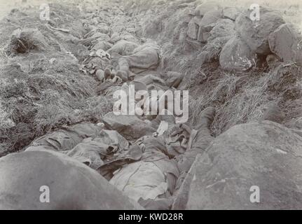 British soldiers lie dead in their shallow trench after the Battle of Spionkop, Jan. 23-24, 1900. They were part - Stock Photo