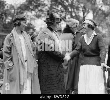 First Lady Florence Harding shaking hands with tennis champion, Molla Mallory. Marion Jessup looks on at the White - Stock Photo