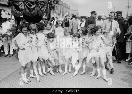 Margaret Gorman, the first Miss America of 1921. She is escorted by garlanded young girls on the crowded boardwalk - Stock Photo