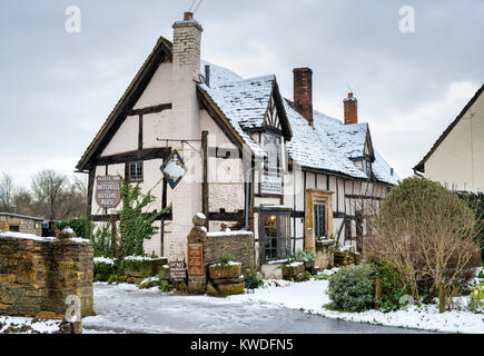 The Fleece Inn in the snow in December. Bretforton, Worcestershire, England - Stock Photo
