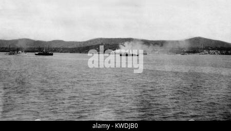 Distant view of US Maines landing at Guantanamo, Cuba, on June 6-10, 1898. The light cruiser USS MARBLEHEAD, and - Stock Photo