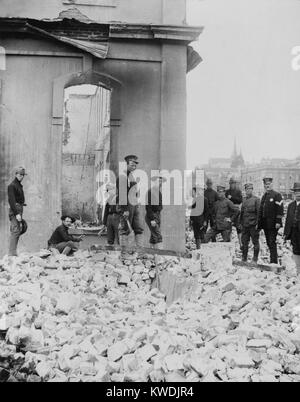 Soldiers dynamiting buildings after the April 18, 1906 San Francisco earthquake. They aided the fire department - Stock Photo