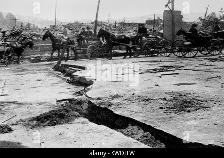 Break in asphalt paving on Van Ness Avenue after the San Francisco Earthquake, 1906. Lateral movements of 3 feet - Stock Photo