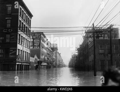 The Great Flood of 1913 was Ohios greatest weather disaster of the early 20th century. Photo shows flooded warehouses - Stock Photo