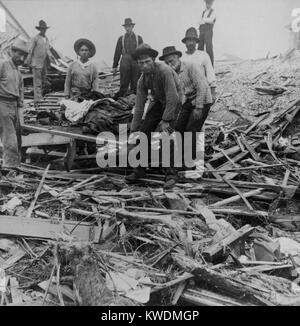 Men carrying bodies on stretcher, surrounded by wreckage of the hurricane in Galveston, Texas, Sept. 1900. The disaster - Stock Photo