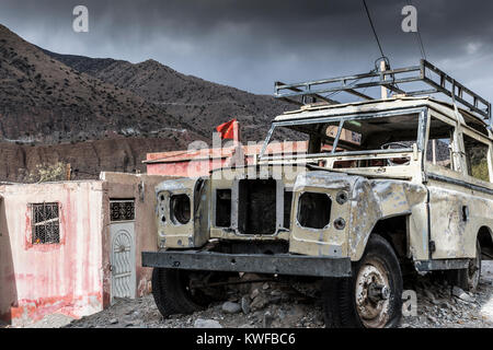Abandoned Land Rover Defender given monument status on Tizi n Test, High Atlas mountain pass. - Stock Photo