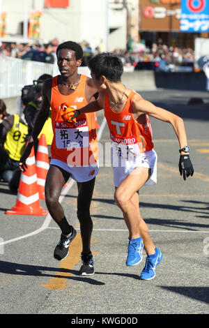 Kanagawa, Japan. 2nd Jan, 2018. (L-R), Akira Akazaki () Ekiden : The 94th Hakone Ekiden Race Totsuka Relay place - Stock Photo