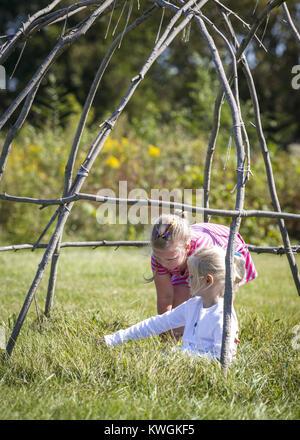 Davenport, Iowa, USA. 17th Sep, 2016. Anabelle Myatt, 6, of Rock Island, back, and Kyle Harris, 7, of Moline play - Stock Photo