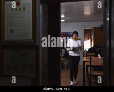 (180104) -- NAN'AN, Jan. 4, 2018 (Xinhua) -- Guo Weilan works at the noodle shop in Pendao Village of Penghua Township - Stock Photo