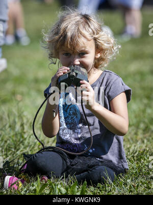 Davenport, Iowa, USA. 17th Sep, 2016. Kylie Dietz, 4, of Davenport plays with a pair of binoculars at the Nahant - Stock Photo