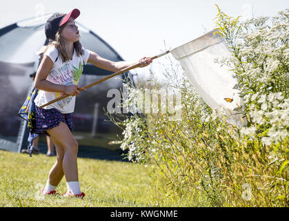 Davenport, Iowa, USA. 17th Sep, 2016. Kristiina Pope, 9, of Bettendorf takes a swing of her net to try and catch - Stock Photo