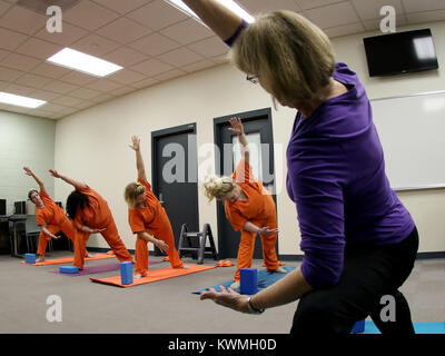 Davenport, Iowa, USA. 11th Oct, 2017. Instructor and volunteer Joan Marttila teaches yoga to female Scott County - Stock Photo